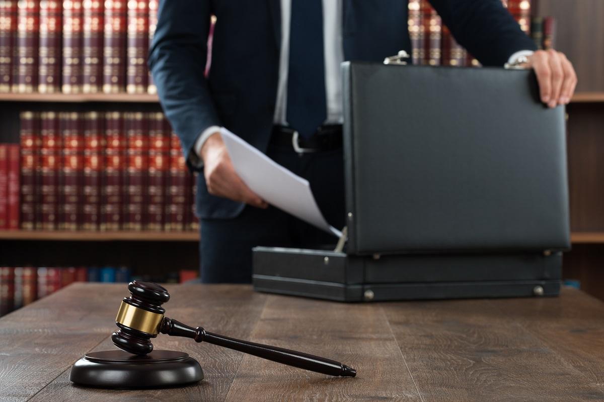 תביעות ביטוח - עורך דין מחזיק מסמכים